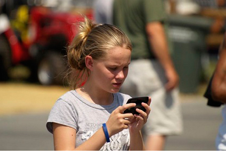 girl-and-smartphone